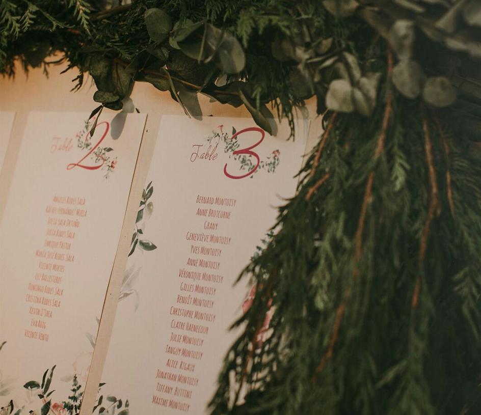 Invitación con flores burdeos y helechos en acuarela